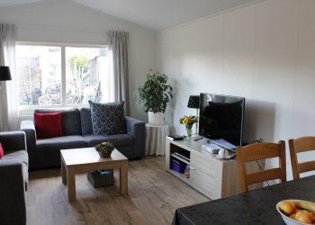 Zorg chalet woonkamer met openslaande deuren