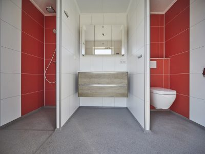 Luxe privé sanitair met zwevend toilet en hoogwaardig badmeubel